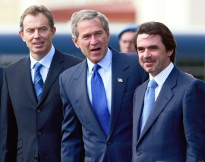 PRESIDENTES TONY BLAIR GEORGE BUSH JOSE MARIA AZNAR EN FOTO REUNION DE LAS AZORES 2003 *** Local Caption *** U.S. President George Bush, center, British Prime Minister Tony Blair, left, and Spain's Prime Minister Jose Maria Aznar, right, seen together after arriving at the joint-use Portuguese-U.S. airforce base at Lajes on the island of Terceira in the Azores archipelago Sunday, March 16, 2003 to attend a summit to discuss the crisis with Iraq. (AP Photo/Santiago Lyon)